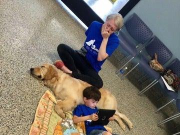 Un niño autista se tumba con su perro