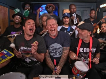 Metallica y Jimmy Fallon tocando con instrumentos de juguete