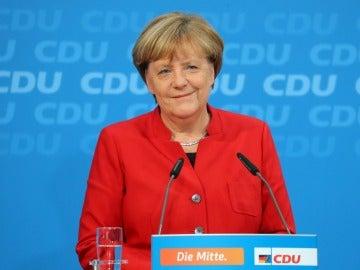 Angela Merkel habla sobre su futuro político como presidenta y canciller de la CDU, durante una conferencia de prensa después de la reunión de la directiva en la sede de la CDU en Berlín