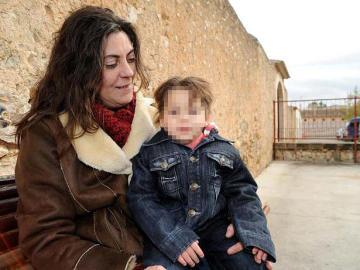 La madre de Nadia, Marga Grau, junto a la pequeña