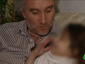 El padre de Nadia junto a la pequeña