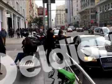 Sáenz de Santamaría entrando a su coche oficial