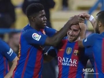 Alcácer, felicitado tras marcar su primer gol con el Barcelona