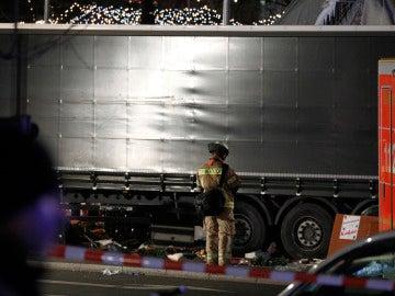 Los agentes acordonan la zona del atropello en un mercado navideño en Berlín