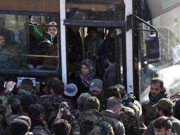 Personas abandonando la ciudad de Alepo