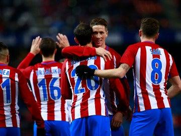 Los jugadores del Atlético de Madrid celebran el gol de Juanfran