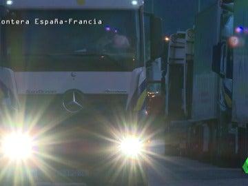 """Frame 1.584827 de: La lucha de los camioneros españoles para pasar vino a Francia: """"Se sube un francés y derrama todo el vino"""""""