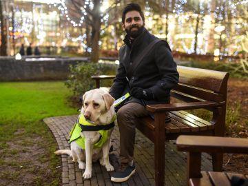 Amit con su perro guía
