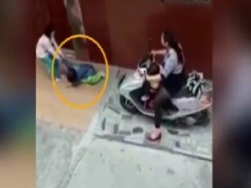 Momento del vídeo en el que la mujer atropella a la niña de seis años