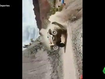 Frame 8.183332 de: El espeluznante vídeo de los aficionados que casi atropella Carlos Sainz en el Dakar