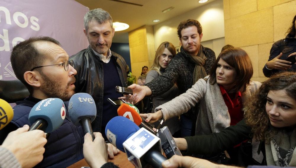 El secretario de organización estatal de Podemos, Pablo Echenique, hace declaraciones a los medios de comucicación en una reunión de todos los círculos de este partido en la comunidad de Murcia