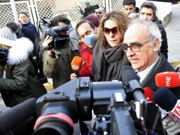 La madre de Nadia, Margarita Garau, acompañada por su abogado, Alberto Martín