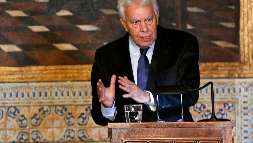 El ex presidente del Gobierno, Felipe González, dirige unas palabras tras recibir, este mediodía en el Palau de la Generalitat
