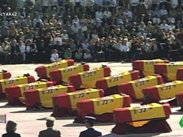 """Frame 13.410845 de: Ramón J. Campo: """"Taparon los megáfonos para que no se escucharan los gritos de dolor a los políticos en el funeral"""""""