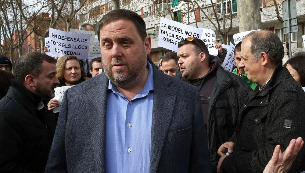 El vicepresidente del Govern, Oriol Junqueras (c), y el portavoz de ERC en el Ayuntamiento de Barcelona, Alfred Bosch (i), junto a funcionarios de la prisión Modelo de Barcelona