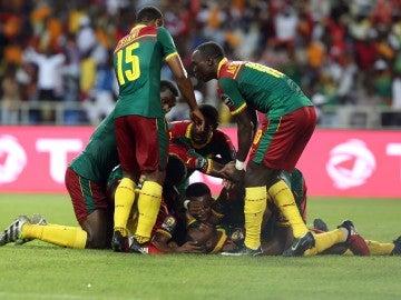Los jugadores de Camerún celebrando un gol