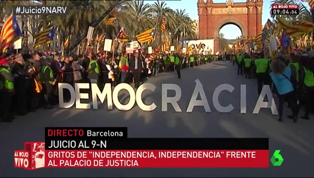 Frame 86.894524 de: El baño de masas a Mas, Ortega y Rigau sirve al independentismo como demostración de fuerza en el juicio del 9