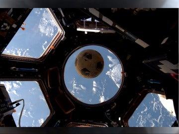El balón que llegó al espacio 31 años después