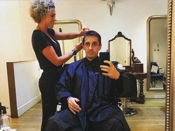 Gary Neville, cortándose el pelo