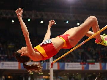 Ruth Beitia realizando su salto
