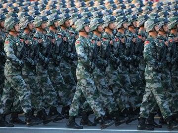 Soldados del Ejército Chino de Liberación Popular durante un desfile militar en la plaza Tiananmen en Beijing (China).