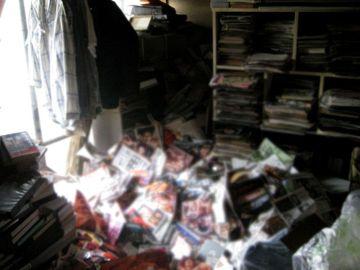 Un hombre muere aplastado tras caerle seis toneladas de sus revistas porno