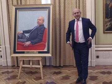 El exministro de Educación, José Ignacio Wert, posa junto a su retrato