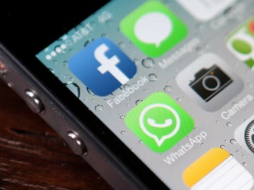 Imagen de un móvil con las aplicaciones de Facebook y WhatsApp.