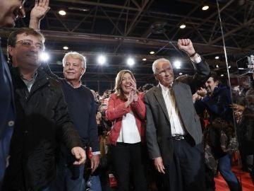 La presidenta de la Junta de Andalucía, Susana Díaz, y el expresidente del Gobierno, Felipe González, el exvicepresidente del Gobierno Alfonso Guerra, y el presidente de Extremadura, Guillermo Fernández Vara