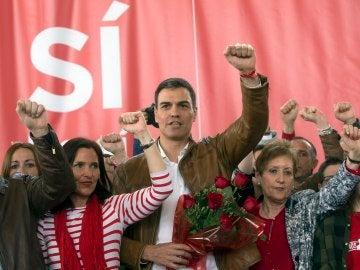El ex secretario general del PSOE, Pedro Sánchez, cantando 'La Internacional' en Burjassot (Valencia)