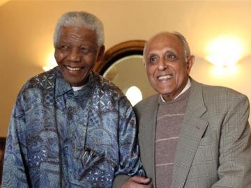 Ahmed Kathrada posa junto a Nelson Mandela
