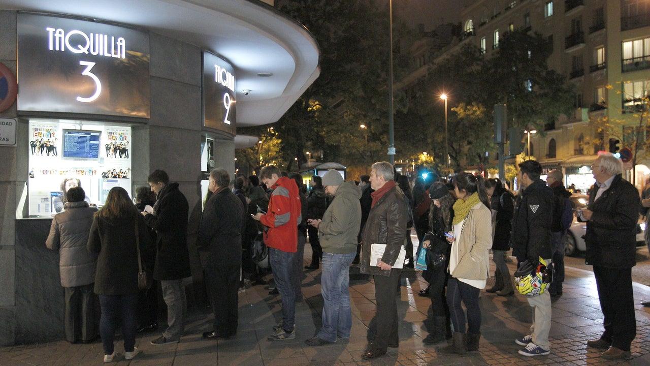 Varias personas hacen cola en las taquillas de una conocida sala de cine de Madrid
