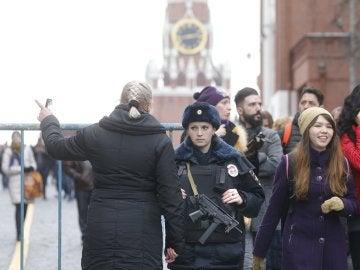 Una policía monta guardia en la Plaza Roja