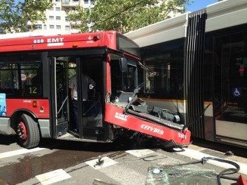 Colisiona un autobús contra un tranvía en Valencia