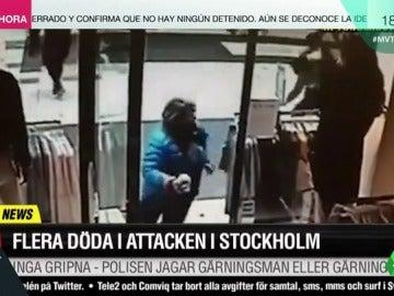 Frame 17.61155 de: Las impactantes imágenes en las que cinco mujeres salvan su vida por segundos en el atentado de Estocolmo
