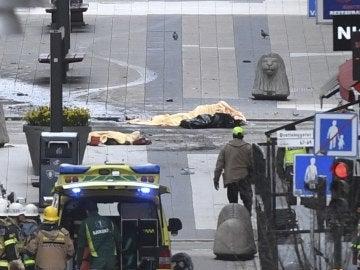 Vista de los cuerpos de las víctimas del atentado en el centro de Estocolmo, Suecia