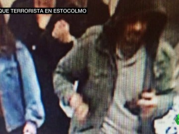 """Frame 70.475501 de: La Policía sueca difunde una fotografía de una """"persona de interés"""" tras el atentado en Estocolmo"""