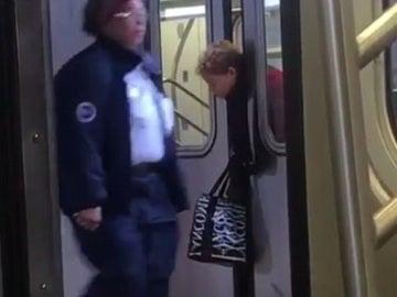 Las puertas del metro atrapan la cabeza de una anciana y nadie se para a ayudarla