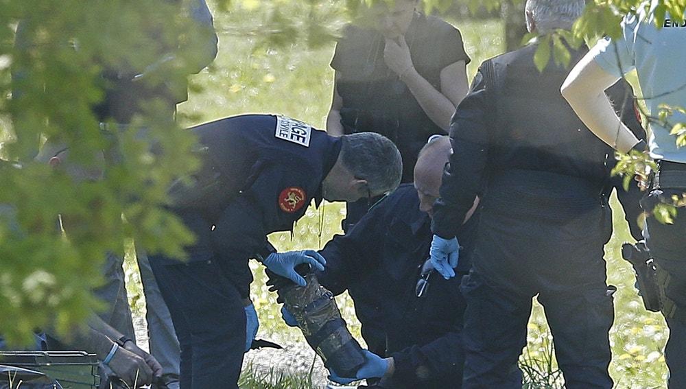 La policía francesa observan las armas encontradas en uno de los zulos cuya localización ha sido facilitada por ETA en la localidad de Saint Pee sur Nivelle, al sur de Francia