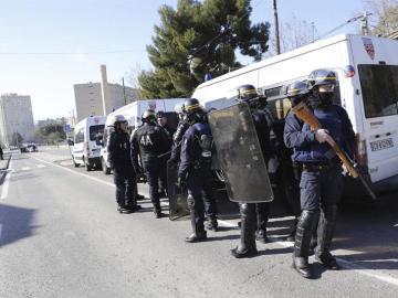 Agentes de las fuerzas de seguridad de la Policía Nacional francesa patrullan por una calle de Marsella