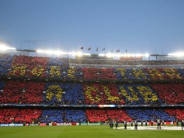 Un mosaico tiñe de azulgrana las gradas del Camp Nou
