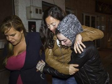 María Jimena Rico Montero abraza a su hermana, María del Valle, a su llegada en buen estado a Torrox (Málaga)
