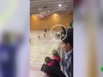 Frame 1.619704 de: Brutal agresión al árbitro en un partido de fútbol sala con los niños burlándose en la grada