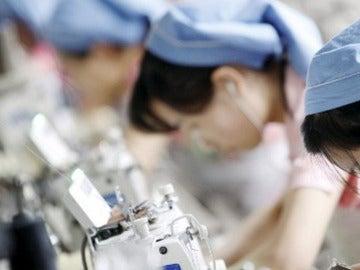 Varias mujeres en sus puestos de trabajo