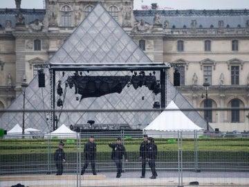 Policía francesa en la explanada del Louvre
