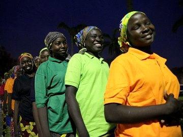 Las 82 jóvenes rescatadas por Boko Haram se reúnen con el presidente de Nigeria