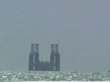 Un remolcador intenta mover una plataforma varada