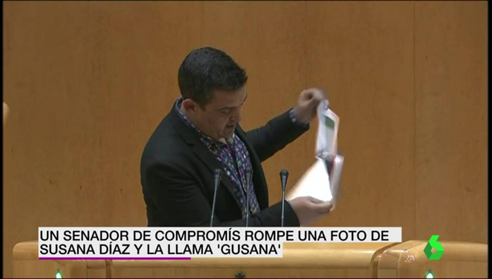 "Frame 13.349665 de: Un senador de Compromís rompe una foto de Susana Díaz y la llama ""gusana"""