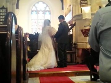 El matrimonio en el altar de la iglesia durante la ceremonia