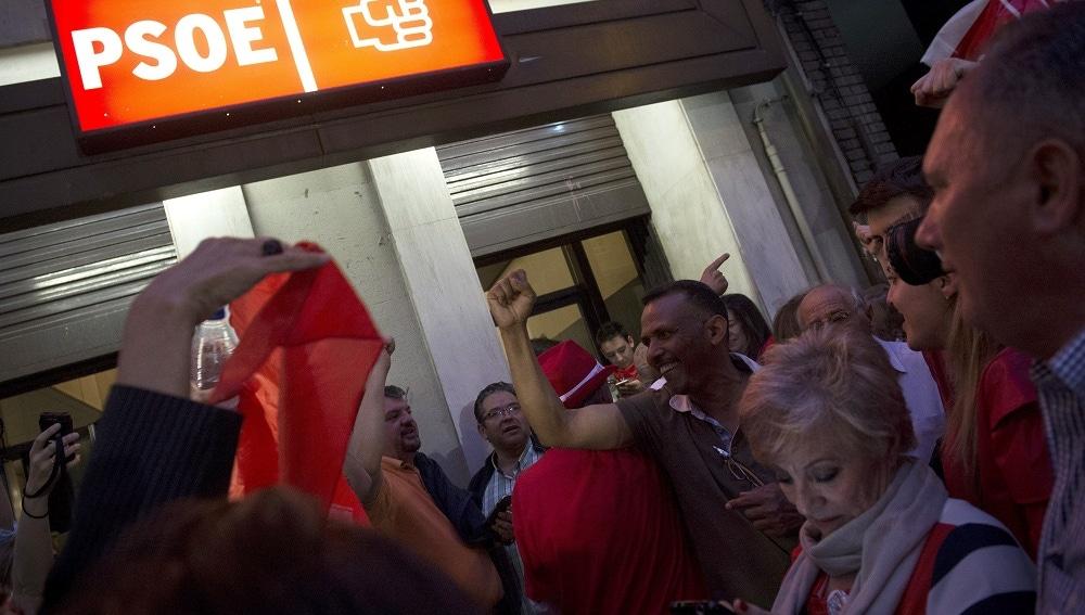 Votantes socialistas a las puertas de Ferraz